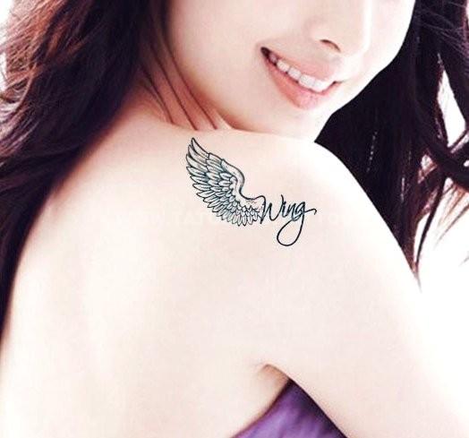 chica con tatuaje del infinito