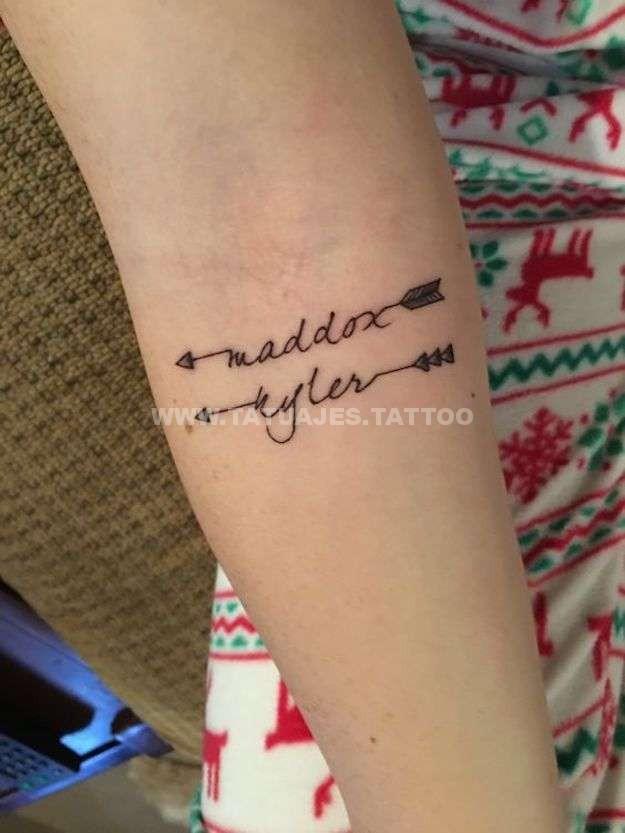 tatuaje con nombre con flechas Tatuajes de Nombres