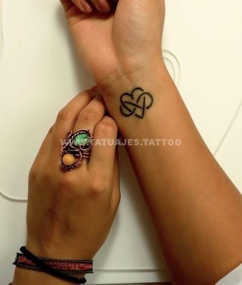 tatuaje del infinito con un corazón