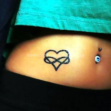 tatuaje del infinito con un corazon en la barriga