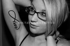 tatuaje del infinito en el brazo rubia sexy