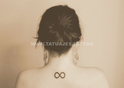 tatuaje del infinito en la espalda