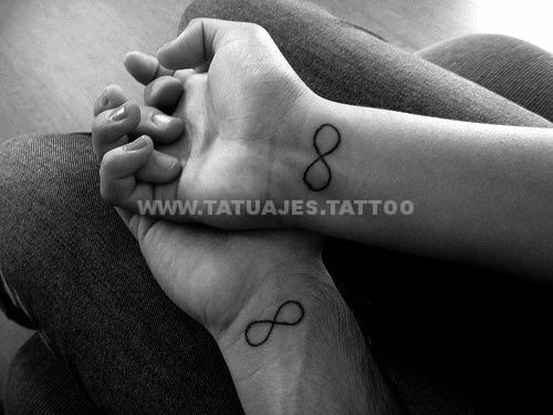 tatuaje del infinito en la muñeca corazones
