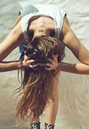 tatuaje del infinito rubia sexy