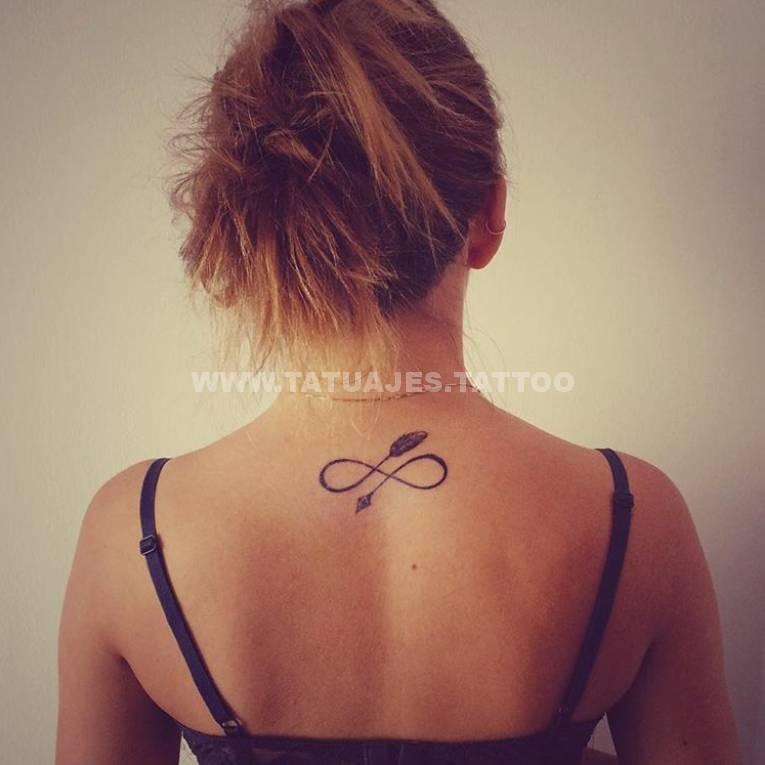 tatuajes nuca infinito rubia sexy