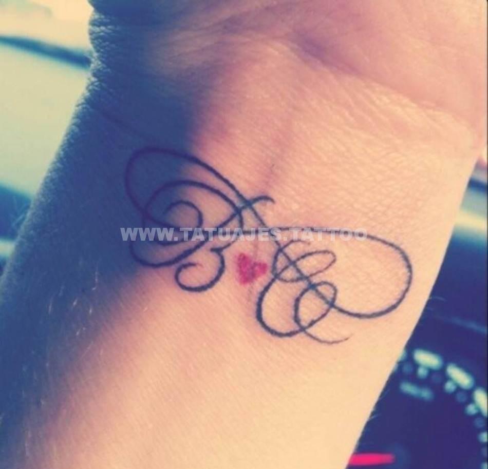 tatuaje inicial 35 Tatuajes de Iniciales